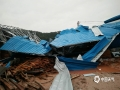 18日夜间到19日早上,广东省肇庆市广宁县出现暴雨到大暴雨的强降水过程,并伴有10级以上的大风,南街镇和五和镇还出现冰雹。由于此次强降水过程猛而急,并伴有大风冰雹等强对流天气,导致广宁县多地出现山体滑坡、农田被淹、水浸街、树木被刮倒的现象,受灾情况较重。图为大风吹袭,厂房倒塌。(摄/许献麟 文/方英城)