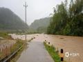 18日夜间到19日早上,广东省肇庆市广宁县出现暴雨到大暴雨的强降水过程,并伴有10级以上的大风,南街镇和五和镇还出现冰雹。由于此次强降水过程猛而急,并伴有大风冰雹等强对流天气,导致广宁县多地出现山体滑坡、农田被淹、水浸街、树木被刮倒的现象,受灾情况较重。图为今晨广宁县城某处低洼道路被淹。(摄/许献麟 文/方英城)