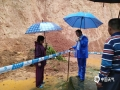 18日夜间到19日早上,广东省肇庆市广宁县出现暴雨到大暴雨的强降水过程,并伴有10级以上的大风,南街镇和五和镇还出现冰雹。由于此次强降水过程猛而急,并伴有大风冰雹等强对流天气,导致广宁县多地出现山体滑坡、农田被淹、水浸街、树木被刮倒的现象,受灾情况较重。图为今天上午,工作人员在为地质灾害点拉起警戒线。(摄/许献麟 文/方英城)