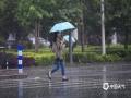 4月19日,重庆渝北区中华坊附近,突降的暴雨让出行的市民措手不及。( 摄/邹乐)