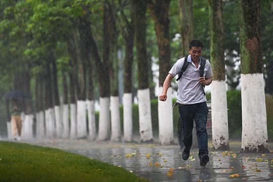 重庆主城突降暴雨 市民猝不及防雨中奔跑