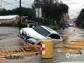 20日中午,强雷雨云带自西北向东南扫过广东东莞市,局地录得最大阵风11级。11至15时,东莞共有17个镇街录得超过50毫米的降水,最大降水出现在中堂,为78.2毫米。猛而急的强降水,使东莞多地出现内涝,交通受阻。图为暴雨导致路面低洼处积水,一小车掉进路面坑洞。(摄/李金健 文/姜晓岑)