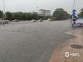 20日中午,强雷雨云带自西北向东南扫过广东东莞市,局地录得最大阵风11级。11至15时,东莞共有17个镇街录得超过50毫米的降水,最大降水出现在中堂,为78.2毫米。猛而急的强降水,使东莞多地出现内涝,交通受阻。图为常平镇恒大路口积水严重。(摄/曹雪 文/姜晓岑)