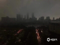 20日中午,强雷雨云带自西北向东南扫过广东东莞市,局地录得最大阵风11级。11至15时,东莞共有17个镇街录得超过50毫米的降水,最大降水出现在中堂,为78.2毫米。猛而急的强降水,使东莞多地出现内涝,交通受阻。图为雷雨来临前东莞市区白天变黑夜。(摄/李金健 文/姜晓岑)