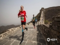 """4月21日,""""最美长城,最难马拉松""""2019金山岭长城马拉松比赛在河北承德金山岭长城鸣枪开赛,来自中国、英国、美国、巴西、日本、南非等45个国家和地区的2000余名选手参加全程、半程、十公里马拉松赛。各国运动员们飞奔在世界文化遗产万里长城,体验不到长城非好汉的那份坚持与豪迈,感受万里长城,金山独秀的魅力。(摄影/李辉)"""