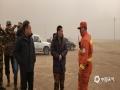 呼伦贝尔市气象局领导在火场与扑火人员进行沟通,烟尘漫天。(图片来源于呼伦贝尔市气象局)