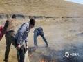 呼伦贝尔市气象局工作人员与当地牧民一起扑灭火头。(图片来源于呼伦贝尔市气象局)