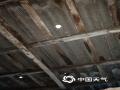 受强对流天气影响,广东省和平县下车镇22日13:39出现12级阵风,部分广告牌和铁皮棚被吹飞和变形,路边大树被连根拨起。(图/杨腾福 镇三防办工作人员 文/谢玉仙)