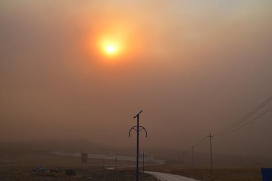 强沙尘暴袭击内蒙古满洲里 黄沙遮天蔽日