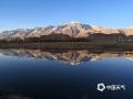 四月的帕米尔高原冰雪消融,绿意萌发,风轻云淡,景色宜人,蓝天白云雪山倒映在湖面上,宛若世外桃源。(图/马记强)