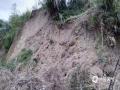 22-24日,江西遭遇连续强对流性降雨过程,强雷电、 短时强降水、雷雨大风等强对流天气频频出现,多地出现城市内涝、道路积水、山体滑坡、道路坍塌、房屋倒塌、树木折断等灾情,给人民生活造成很多困难。 图为4月22日广昌县遭遇突发性暴雨,多个乡镇受灾,千善乡出现山体滑坡。(摄影/吴贤荣)