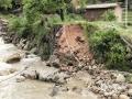 22-24日,江西遭遇连续强对流性降雨过程,强雷电、 短时强降水、雷雨大风等强对流天气频频出现,多地出现城市内涝、道路积水、山体滑坡、道路坍塌、房屋倒塌、树木折断等灾情,给人民生活造成很多困难。 图为4月22日广昌县遭遇突发性暴雨,多个乡镇受灾,塘坊镇池源村道路受损。(摄影/丁健)