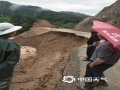 22-24日,江西遭遇连续强对流性降雨过程,强雷电、 短时强降水、雷雨大风等强对流天气频频出现,多地出现城市内涝、道路积水、山体滑坡、道路坍塌、房屋倒塌、树木折断等灾情,给人民生活造成很多困难。 图为4月22日广昌县遭遇突发性暴雨,多个乡镇受灾,塘坊镇道路塌方。摄影/李燕琴