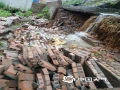 22-24日,江西遭遇连续强对流性降雨过程,强雷电、 短时强降水、雷雨大风等强对流天气频频出现,多地出现城市内涝、道路积水、山体滑坡、道路坍塌、房屋倒塌、树木折断等灾情,给人民生活造成很多困难。 图为4月23日下午信丰县出现强对流天气过程,城公佛社区金垅北苑的院墙倒塌。摄影/刘艳
