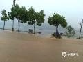 22-24日,江西遭遇连续强对流性降雨过程,强雷电、 短时强降水、雷雨大风等强对流天气频频出现,多地出现城市内涝、道路积水、山体滑坡、道路坍塌、房屋倒塌、树木折断等灾情,给人民生活造成很多困难。 图为4月24日上午,都昌县出现一次强雷电、短时强降水天气过程,其中都昌县城1小时降水量达到30mm以上,强降水造成都昌县沿湖路部分路段出现内涝。摄影/曹端云