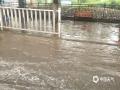 22-24日,江西遭遇连续强对流性降雨过程,强雷电、 短时强降水、雷雨大风等强对流天气频频出现,多地出现城市内涝、道路积水、山体滑坡、道路坍塌、房屋倒塌、树木折断等灾情,给人民生活造成很多困难。 图为4月24日早上,南昌市新建区城区受强对流影响,造成部分路段形成积水。摄影/黄诺思