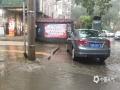 22-24日,江西遭遇连续强对流性降雨过程,强雷电、 短时强降水、雷雨大风等强对流天气频频出现,多地出现城市内涝、道路积水、山体滑坡、道路坍塌、房屋倒塌、树木折断等灾情,给人民生活造成很多困难。 图为4月24日早上,南昌市新建区城区受强对流影响,部分路段形成积水。摄影/黄诺思