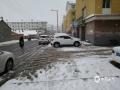 4月24日,锡林郭勒盟多伦县降暴雪,降雪导致路面湿滑,行人出行困难。(张国兰 摄)