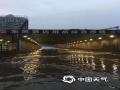 中国天气网讯 近日,受强对流天气影响江西多地出现对流性降水天气过程,在4月24日晚上和25日清晨多地出现不同程度的灾害性天气,大风吹折公路两旁树木,强降水冲毁乡村公路路基,还有居民住宅屋顶被大风掀翻,短时强降水将农田淹没,局地还出现了冰雹天气。图为4月25日上午,新余市出现一次短时强降水天气过程,造成新余市沿江路部分路段出现内涝。摄影/张月琴