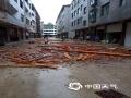 中国天气网讯 近日,受强对流天气影响江西多地出现对流性降水天气过程,在4月24日晚上和25日清晨多地出现不同程度的灾害性天气,大风吹折公路两旁树木,强降水冲毁乡村公路路基,还有居民住宅屋顶被大风掀翻,短时强降水将农田淹没,局地还出现了冰雹天气。图为4月25日凌晨1-2时南丰县遭遇强对流天气,雨后紫霄镇居民住宅一片狼藉。摄影/曾炳亮