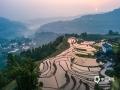 中国天气网讯 昨日(24日),重庆江津太和村,天气晴好,农民开始春耕插秧,太和梯田在阳光的映衬下格外美丽。(摄影/凌舸智)