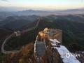 中国天气网讯  24日,河北承德金山岭长城景区迎来一场大范围的降雪。春雪过后,金山岭天气放晴,一层云雾笼罩在山间,再加上映衬着白色的积雪,使整个景区犹如画境一般,美轮美奂。(摄/周广山 周万平)