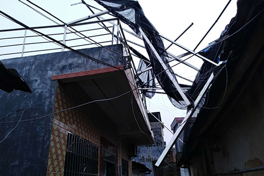 强雷雨突袭广东清远 房屋受损树木被折断