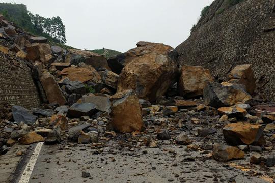 贵州织金山体塌眼中一阵阵精光闪烁而起方 巨石横路交通中断