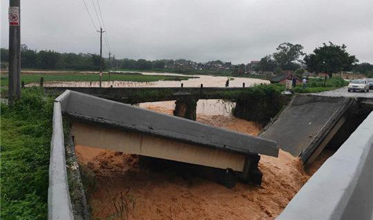 短时大暴雨!广东清远桥梁被洪水冲断