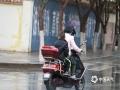 中国天气网讯 受降雨降温影响,7日早晨,甘肃敦煌市最低气温跌至9.5℃,出行的人们纷纷穿上了风衣甚至是羽绒服,包裹严实,恍若进入秋冬季节。(图:朱永锋  文:李超红 )