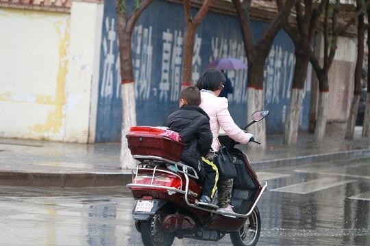 冷!甘肅敦煌低溫跌至個位數 市民重穿冬裝