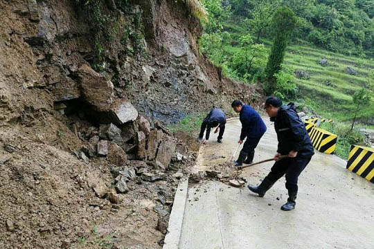 甘肅成縣遭遇強降水 河水暴漲山體落石塌方