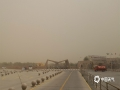 5月11日,额济纳旗出现沙尘天气,火险等级陡然升高,警车和消防车在胡杨林景区门口随时待命,以应对突发状况。(郭敏 摄)