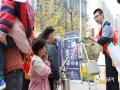 """今年5月12日是第十一个全国""""防灾减灾日"""",今年的主题是""""提高灾害防治能力,构筑生命安全防线""""。最近两天,河北省衡水市气象部门,开展了多种多样的科普宣传活动,走进学校、社区、机关单位、公共场所,普及防灾减灾和气象知识,得到了当地群众的一致好评。(摄影/杨俊平)"""