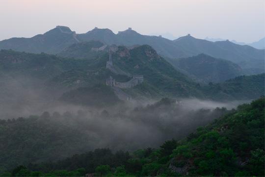 河北金山岭长城 雨后晨雾萦绕似仙境