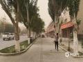 """中国天气网内蒙古站讯 昨天(14日)午后,内蒙古额济纳旗再次出现沙尘暴天气,局地出现强沙尘暴,拐子湖、雅干地区甚至出现特强沙尘暴,当地能见度不足20米,车辆不敢前行只得在原地""""趴窝""""。五月以来,额济纳旗连续遭遇多次沙尘天气袭扰,对农牧业生产、居民生活、交通安全等造成了严重影响。(图/文  郭敏)"""