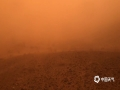 """中国天气网内蒙古站讯 昨天(14日)午后,内蒙古额济纳旗再次出现沙尘暴天气,局地出现强沙尘暴,拐子湖、雅干地区甚至出现特强沙尘暴,当地能见度不足20米,车辆不敢前行只得在原地""""趴窝""""。五月以来,额济纳旗连续遭遇多次沙尘天气袭扰,对农牧业生产、居民生活、交通安全等造成了严重影响。图为雅干地区出现特强沙尘暴,车辆无法前行,只得滞留原地等待。(郭敏 摄)"""