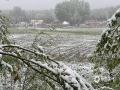 中国天气网讯 5月14日夜间开始,新疆阿勒泰市出现降雨,随着气温的下降逐渐转变为降雪,雨雪天气给人们出行造成不便,春耕春播也受到严重影响。截至15日降雪仍在持续中。(图文/吴小明 薛俊梅 娜仔曼)