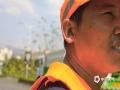 图为元江县高温?#24405;?#25345;工作大汗淋漓的洒水车师傅。(摄/张兰)