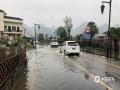 中国天气网讯 5月15日夜间到16日凌晨,贵州省长顺县普降暴雨,最大雨量发生长顺县城,为92.3毫米,同时伴有8级大风,导致该县长威大道两旁树木和路灯出现不同程度断裂或倒塌,部分路段出现积水。截至16日早晨8时30分,全城仍处于停电状态。图为道路积水。(苟小雪/摄)