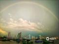 中国天气网讯 5月15日傍晚,海南海口雨后出现彩虹。微暗的天空下,夕阳的光勾勒出丝丝浮云,渲染出油画般的天空,给人一种奇幻的感觉。图为世纪大桥上空的彩虹。(文/董立就 摄影/阎建海)
