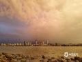 中国天气网讯 5月15日傍晚,海南海口雨后出现彩虹。微暗的天空下,夕阳的光勾勒出丝丝浮云,渲染出油画般的天空,给人一种奇幻的感觉。图为雨后夕阳的光渲染的浮云。(文/董立就 摄影/阎建海)