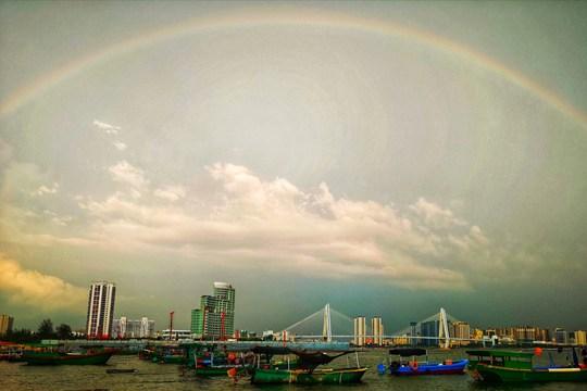 海口雨后现彩虹 落日余晖静谧动人