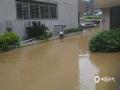 中国天气网讯 5月15日20时-16日10时,福建三明市区累积降水量186.2毫米,打破当地日降水量极值纪录。强降雨导致三明部分地区出现内涝滑坡等灾害。图为三明市出现内涝。(图/王成翔 文/万灵)