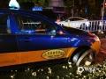 """中国天气网讯 5月16日夜间,贵阳市出现强降雨,市区21时至22时的小时雨量达21毫米,导致部分路段积水严重,城市道路变""""河流"""",给交通带来一定影响。图为中山东路与文昌路交叉口,一辆出租车被下水管道卡住。(石奎/摄)"""
