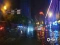 """中国天气网讯 5月16日夜间,贵阳市出现强降雨,市区21时至22时的小时雨量达21毫米,导致部分路段积水严重,城市道路变""""河流"""",给交通带来一定影响。图为市区大十字路段积水。(石奎/摄)"""