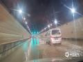 """中国天气网讯 5月16日夜间,贵阳市出现强降雨,市区21时至22时的小时雨量达21毫米,导致部分路段积水严重,城市道路变""""河流"""",给交通带来一定影响。图为百花山隧道积水。(石奎/摄)"""