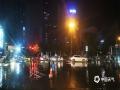 """中国天气网讯 5月16日夜间,贵阳市出现强降雨,市区21时至22时的小时雨量达21毫米,导致部分路段积水严重,城市道路变""""河流"""",给交通带来一定影响。图为大十字积水路段。(石奎/摄)"""