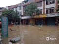 中国天气网讯 5月15日20时-16日10?#20445;?#31119;建三明市区累积降水量186.2毫米,打破当地日降水量极值纪录。强降雨导致三明部分地区出现内涝滑坡等灾害。图为三明永安出现内涝。(图/庄亮 文/万灵)
