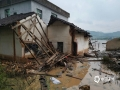 中国天气网讯 5月15日20时-16日10时,福建三明市区累积降水量186.2毫米,打破当地日降水量极值纪录。强降雨导致三明部分地区出现内涝滑坡等灾害。图为三明清流暴雨导致房屋被毁。(图/常志刚 文/万灵)